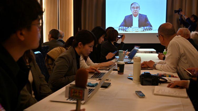 Des journalistes japonais écoutant la conférence de presse de Carlos Ghosn, à Tokyo (Japon), le 9 avril 2019. (CHARLY TRIBALLEAU / AFP)