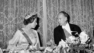 Le président Valéry Giscard d'Estaing, décédé le 2 décembre 2020, et la Reine d'Angleterre Elizabeth II, à l'ambassade française à Londres, le 25 juin 1976. (AFP)