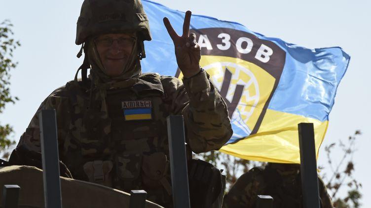 Un militaire ukrainien,le 5 septembre 2014 à Marioupol, un port stratégique de l'est de l'Ukraine, où les combats continuent avec les séparatistes malgré la signature d'un cessez-le-feu. (PHILIPPE DESMAZES / AFP)