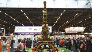 """Une Tour Eiffel ornée de fruits et légumes symbolise le """"made in France"""", au Salon de l'innovation alimentaire, à Paris, le 20 octobre 2014. (MAXPPP)"""