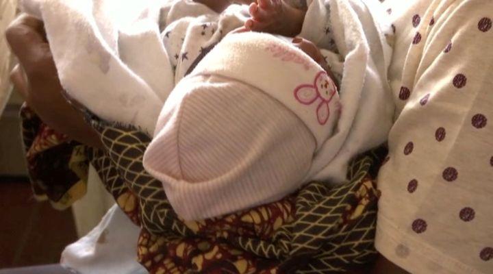 Ue femme libérée par la police, portant un bébé, à un poste de police à Lagos, au Nigeria, le 30 septembre 2019. (REUTERS TV / X00514)