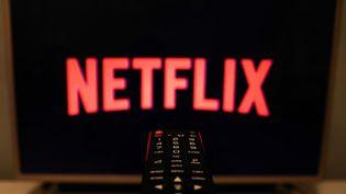 Le logo Netflix sur une télévision, en Pologne le 16 juillet 2020. (JAKUB PORZYCKI / NURPHOTO / AFP)