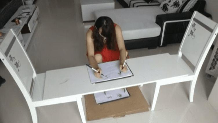 Chen Siyuan parvient à rédiger des vers avec ses pieds et ses mains en même temps. ( REUTERS)