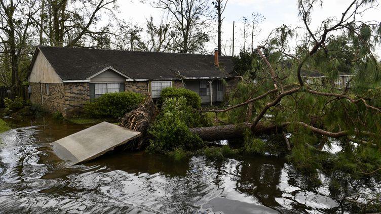 Un arbre et un mur abattus par l'ouragan Ida devant une maison en Louisiane, le 30 août 2021. (PATRICK T. FALLON / AFP)