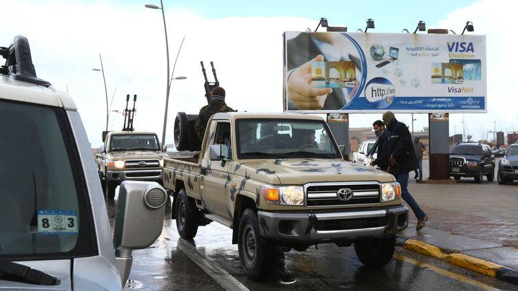 Des membres des forces de sécurité libyennes prennent position devant un hôtel de Tripoli attaqué par des terroristes, mardi 27 janvier 2015. (HAZEM TURKIA / ANADOLU AGENCY / AFP)