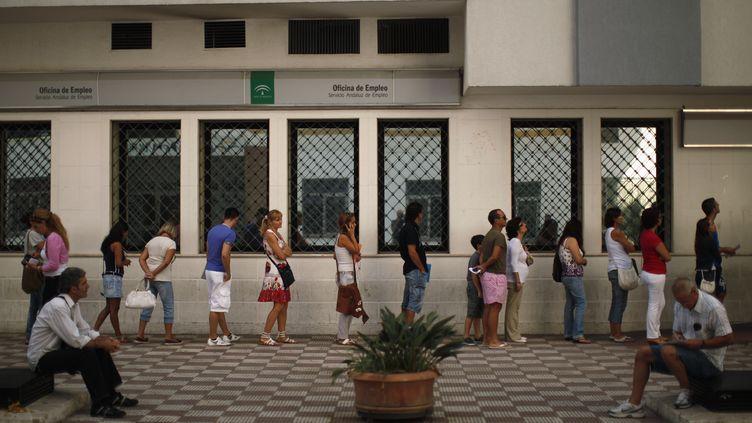 Des personnes patientent devant un centre pour l'emploi à Marbella (Espagne), le 2 septembre 2011. (JON NAZCA / REUTERS)