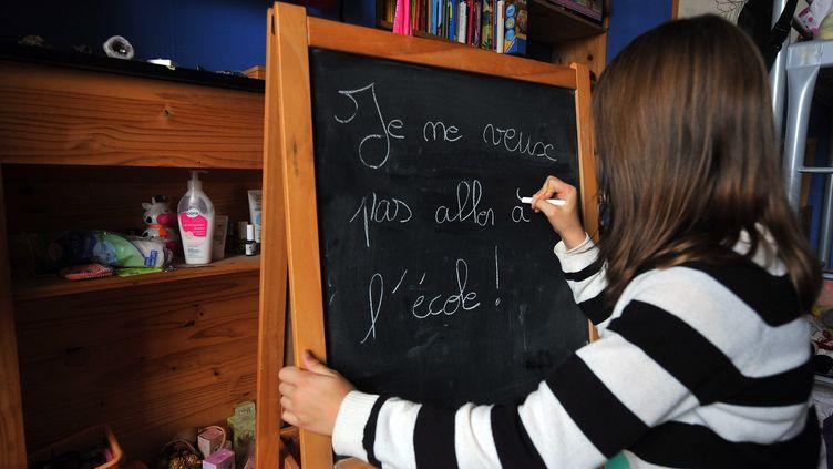Une fillette refuse d'aller à l'école et l'écrit sur un tableau. (MAXPPP)