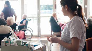 Une infirmière distribue des médicaments dans un Ehpad de Nice (Alpes-Maritimes), le 2 juin 2015. (ALBANE NOOR / BSIP / AFP)