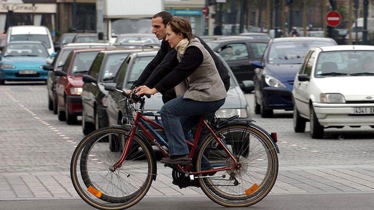 (A vélo, les risques d'accidents existent, tout comme le vol. Il convient donc de vériier que l'on est bien assuré (Photo d'illustration) © Maxppp)