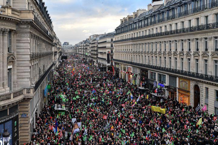 Les opposants à l'ouverture de la PMA à toutes les femmes manifestent sur l'avenue de l'Opéra à Paris, le 19 janvier 2020. (JULIEN MATTIA / ANADOLU AGENCY / AFP)
