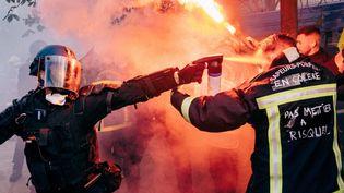 Un pompier aspergé de gaz lacrymogène par un policier, lors de la manifestation des pompiers, le 15 octobre 2019. (YANN LEVY / HANS LUCAS)