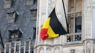 Un drapeau belge en berne à Bruxelles, le 22 mars 2016. (CHARLES PLATIAU / REUTERS)