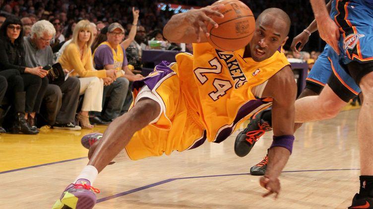 Le joueur des Los Angeles Lakers Kobe Bryant chute lors d'un match des Lakers, le 19 mai 2012, face à Oklahoma City, en play-offs de la NBA. (STEPHEN DUNN / GETTY IMAGES NORTH AMERICA)