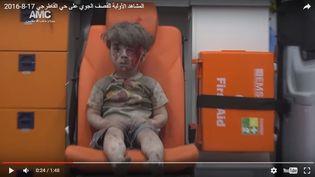 Capture d'écran de la vidéo montrant Omran, 5 ans, blessé à la tête après un bombardement du quartier d'Alep où il vivait, le 17 août 2016. (AMC / YOU TUBE)