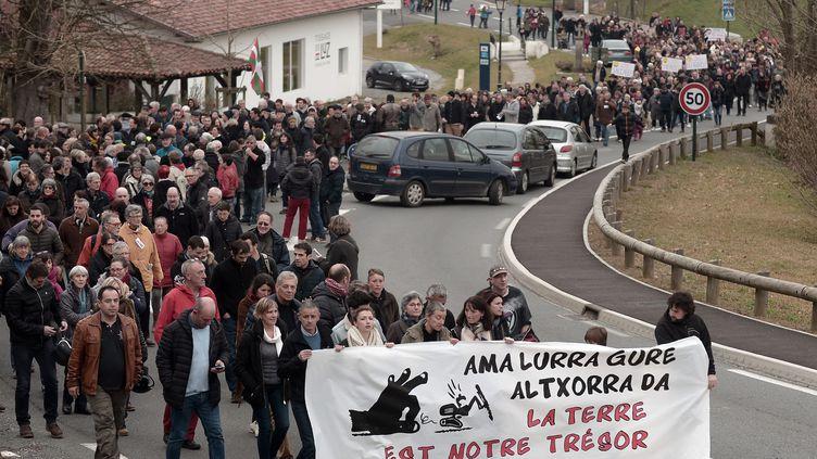 Environ un millier de personnes ont manifesté à Espelette contre une projet de recherche d'or à Espelette (Pyrénées-Atlantique), le 11 février 2017. (IROZ GAIZKA / AFP)