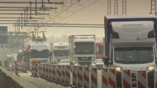 Un tronçon test de 5 km a été inauguré afin de tenter de faire rouler les camions à l'électricité via des caténaires. (FRANCE 2)