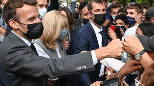 Le chef de l'Etat, Emmanuel Macron, salue la foule, le 8 juin 2021 lors d'un déplacement dans la Drôme. (PHILIPPE DESMAZES / AFP)
