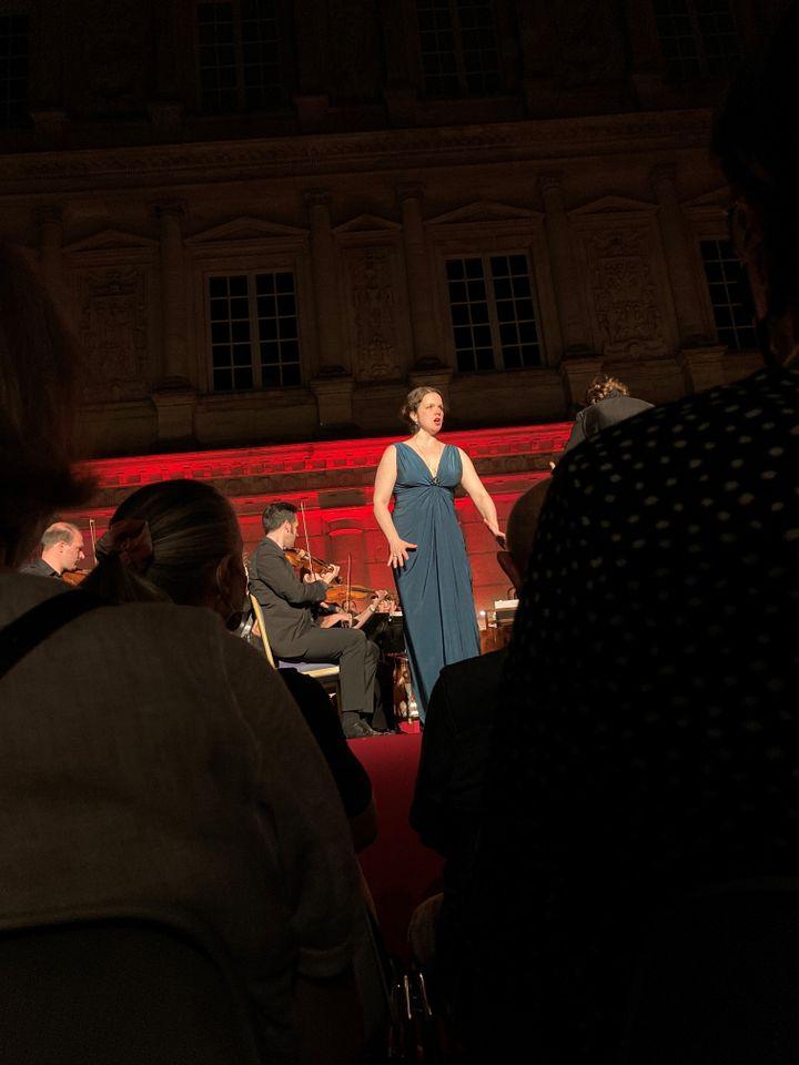 """Olga Pudova, soprano, """"Mozart le Magnifique"""", avec l'Insula Orchestra de Laurence Equilbey,Nuits musicales, Cour du Duché d'Uzès, le 21 juillet 2021 (Laurence Houot / FRANCEINFO CULTURE)"""