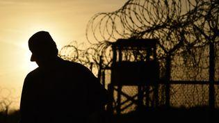 Un soldat américain dans le centre de détention militaire de Guantanamo (Cuba), le 9 avril 2014. (MLADEN ANTONOV / AFP)