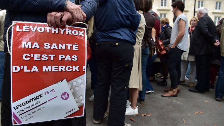 Des personnes ont protesté, vendredi 8 septembre 2017, à proximité de l'Assemblée nationale contre la nouvelle formule du Levothyrox. (CHRISTOPHE ARCHAMBAULT / AFP)
