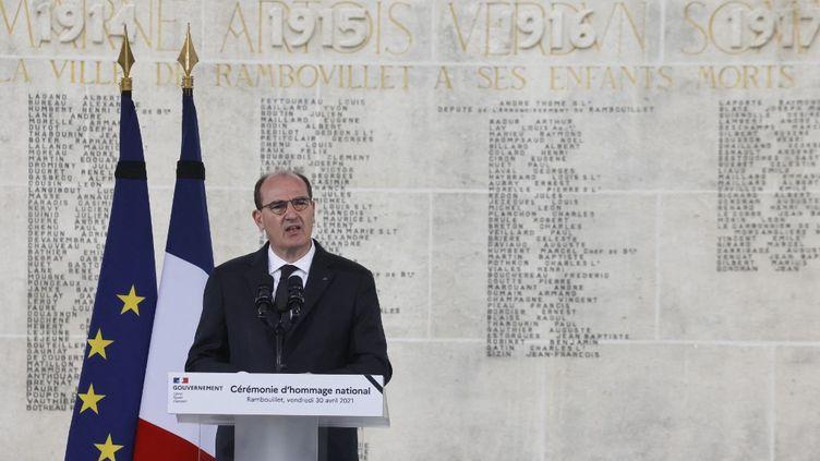 Le Premier ministre Jean Castex rend hommage à Stéphanie Montfermé, le 30 avril 2021 à Rambouillet (Yvelines). (LUDOVIC MARIN / AFP)