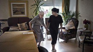 Une aide de vie avec une personne agée à Saint-Appolinaire, le 6 juillet 2011. (AFP)