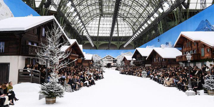 Une station de ski reconstituée constitue le décor du show Chanel automne-hiver 2019-20 à Paris, le 5 mars 2019  (David Fisher/REX/Shutterstock/SIPA)