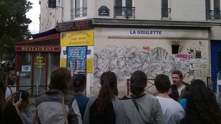 Les pré-ados de Saint-Mandé, lors de leur visite guidée Street art avec leur guide, Antoine.  (Claire Digiacomi / Culturebox)