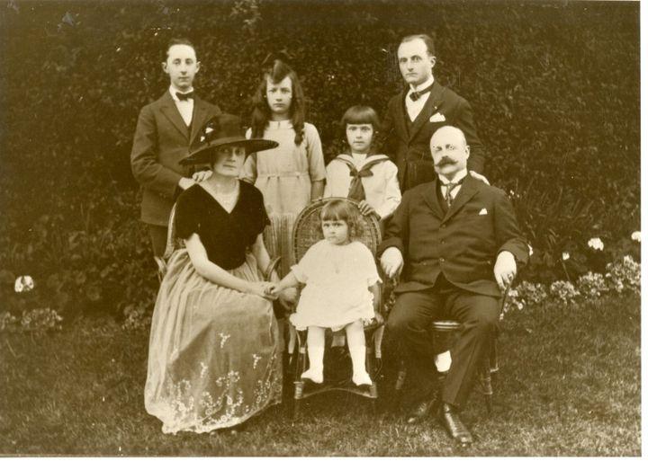 La famille Dior dans le jardin de la villa Les Rhumbs. (© Tous droits réservés)