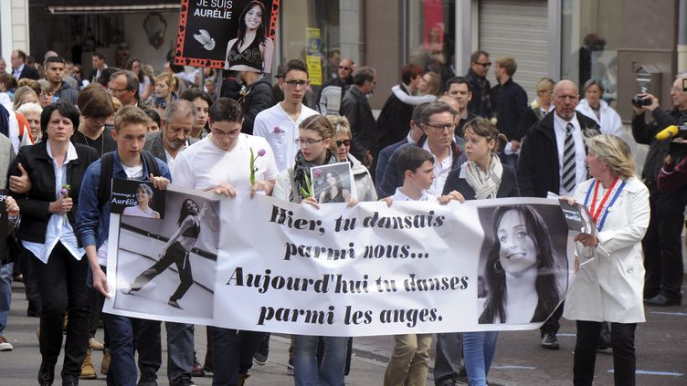 Des proches défilent le 26 avril 2015 à Villejuif (Val-de-Marne) lors d'unemarche blanche en hommage à Aurélie Châtelain, tuée en avril en marge de l'attentat déjoué de Sid Ahmed Ghlam. (FRANCOIS LO PRESTI / AFP)