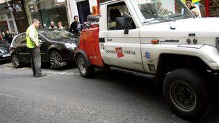 Enlèvement d'une voiture à Paris en 2008 (MARLENE AWAAD / MAXPPP)
