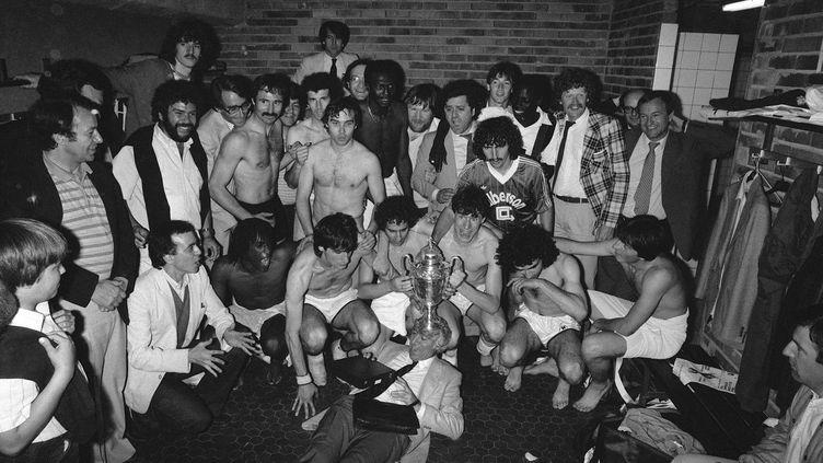 Les footballeurs de l'équipe du PSG posent avec la coupe après avoir remporté la finale de la Coupe de France contre Saint-Etienne, le 15 mai 1982, au Parc des Princes,à Paris. (JOEL ROBINE / PHILIPPE WOJAZER / AFP)