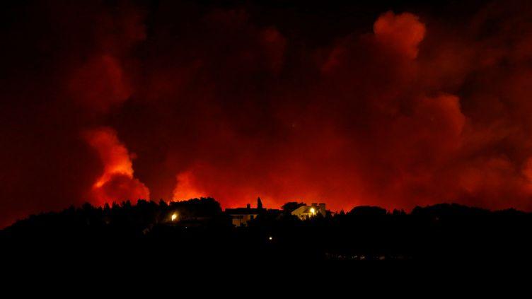 Un incendie ravage la montagne de Sintra, au Portugal, le 7 octobre 2018. (PEDRO NUNES / REUTERS)