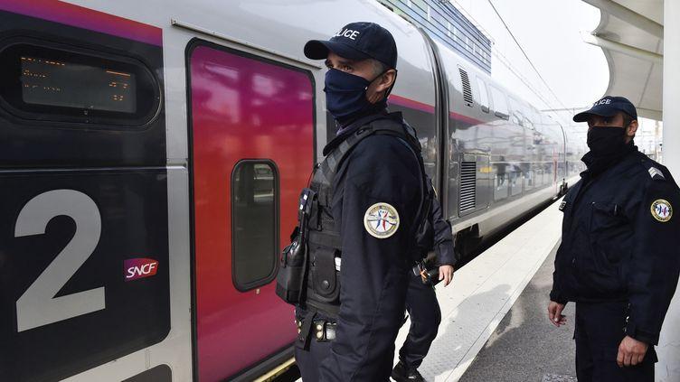 Des agents attendent près d'un train TGV en provenance d'Espagne à la gare de Perpignan, le 13 novembre 2020. (RAYMOND ROIG / AFP)