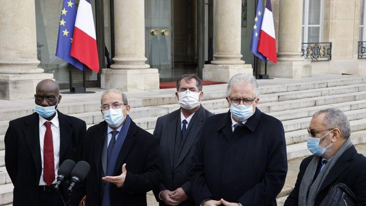 """Mohammed Moussaoui, président du CFCM, s'exprime devant l'Elysée (Paris) après avoir présenté une""""charte des principes"""" de l'islam de France, le 18 janvier 2021. (LUDOVIC MARIN / POOL / AFP)"""