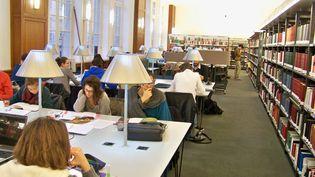 Des étudiants à la bibliothèque Ernest-Labrousse, rue de la Sorbonne à Paris, le 21 janvier 2014. (Photo d'illustration) (MAXPPP)