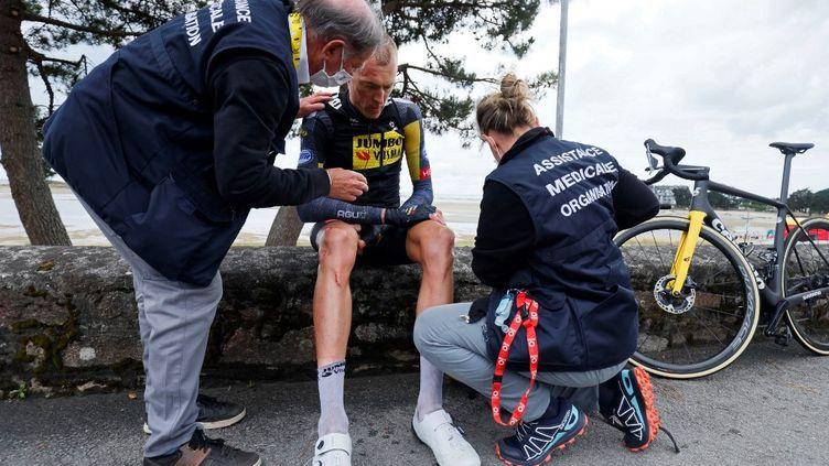 Robert Gesinka quitté le Tour de France 2021 lors de la 3e étape entre Lorient et Pontivy, le 28 juin. (THOMAS SAMSON / AFP)