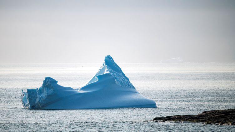 Un iceberg flottant au large de Kulusuk, sur la côte sud-est du Groenland, le 20 août 2019. (JONATHAN NACKSTRAND / AFP)