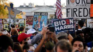 Une foule célèbre la victoire de Joe Biden aux Etats-Unis, le 7 novembre 2020. (OLIVIER DOULIERY / AFP)