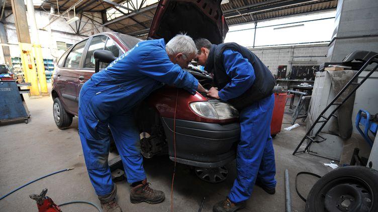 L'Autorité de la concurrence a rendu un avis, lundi 8 octobre 2012, qui propose de mettre fin au monopole des constructeurs d'automobiles sur les pièces détachées. (MYCHELE DANIAU / AFP)