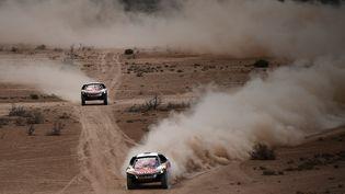 Il s'agit du deuxième triplé de l'histoire de Peugeot après 1990, quand le constructeur s'est retiré du rallye-raid, pour ne revenir qu'en 2015. (FRANCK FIFE / AFP)