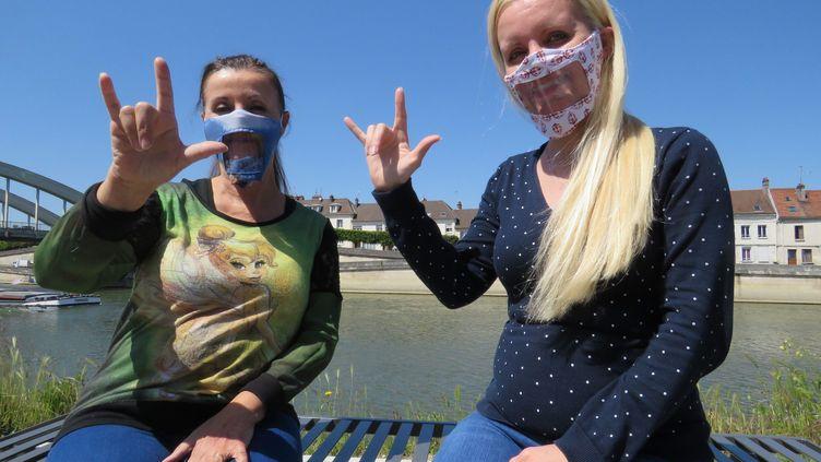 Kelly Morellon (à droite) présidente de l'association Main dans la main et sa mère Sylvie, proposent un tutoriel pour réaliser un masque transparent afin que les personnes sourdes ou malentendantes puissent lire sur les lèvres, Pont-Sainte-Maxence le 15 mai 2020. (STÈPHANIE FORESTIER / MAXPPP)