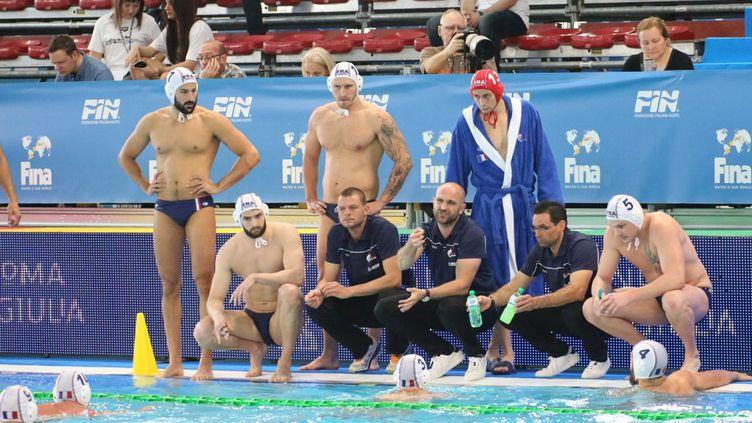 Florian Bruzzo, l'entraîneur de l'équipe de France, au milieu de ses troupes (MICHEL DUMERGUE)