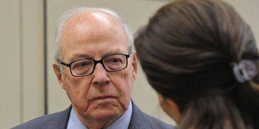 Hans Blix, ancien responsable des inspecteurs de l'ONU chargés de rechercher des armes de destruction massive en Irak, en train de discuter avec une journaliste à Washington, le 21 février 2012. (AFP - Karen Bleier)