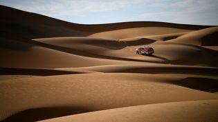 La voiture de deux organisateurs du Dakar lors d'une reconnaissance en Arabie Saoudite, le 18 octobre 2019. (FRANCK FIFE / AFP)