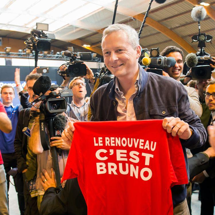 Bruno Le Maire, candidat à la présidence de l'UMP, brandit un tee-shirt barré de son slogan de campagne, lors ducampus des Jeunes Pop, le mouvement de jeunesse de l'UMP, auTouquet (Pas-de-Calais), le 30 août 2014. (PHILILPPE HUGUEN / AFP)
