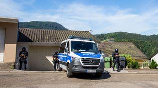 Des policiers stationnent près des lieux où un fugitif lourdement armé s'est enfui, lundi 13 juillet 2020, à Oppenau (Allemagne). (PHILIPP VON DITFURTH / DPA / AFP)