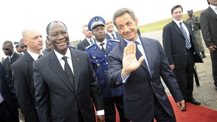 Nicolas Sarkozy est accueilli par le président ivoirien Alassane Ouattara à l'aéroport de Yamoussoukro, le 21 mai 2011 (AFP - Lionel Bonaventure)