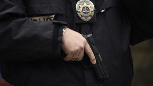Un policier a dégainé rue de la Goutte d'Or à Paris le 7 janvier 2016. (LIONEL BONAVENTURE / AFP)