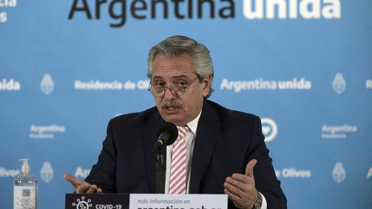 Le président argentin, Alberto Fernandez, lors d'une conférence de presse, à Buenos Aires, en Argentine, le 12 août 2020. (JUAN MABROMATA / AFP)